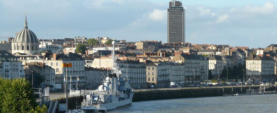 Ancien observatoire de la Marine - Nantes - Vue depuis la butte Sainte-Anne - De gauche à droite Notre-Dame-du-Bon-Port, l'escorteur d'escadre Maillé-Brézé, la tour de l'ancien observatoire de la Marine, la tour de Bretagne