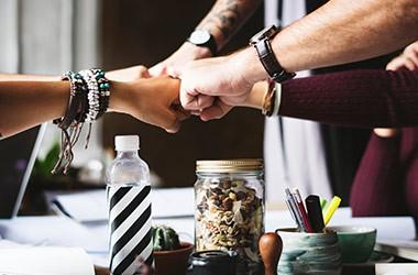 Est-il judicieux de se faire des amis au bureau ?